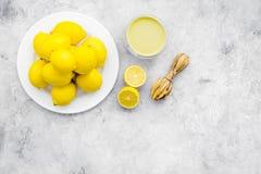 Citroengestremde melk Zoete room voor desserts dichtbij citroenen en juicer op de grijze ruimte van het achtergrond hoogste menin stock fotografie