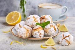 Citroenkoekjes met barsten Heerlijk Eigengemaakt dessert royalty-vrije stock afbeeldingen