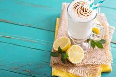 Citroenmilkshake met schuimgebakje op bovenkant Stock Foto's