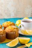 Citroenmuffins met kop thee/koffie stock foto's