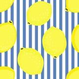 Citroenpatroon De vectorillustratie van het de zomerfruit op blauwe gestripte achtergrond Royalty-vrije Stock Afbeeldingen