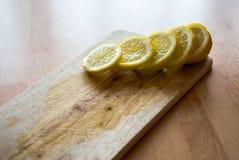 Citroenplakken op een keuken houten raad Royalty-vrije Stock Afbeeldingen