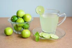 Citroensap, citroensap en kalk in glaskom Stock Fotografie