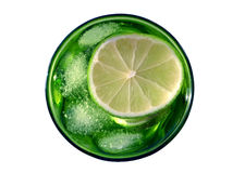 Citroensap met ijs in het groene glas Royalty-vrije Stock Afbeelding