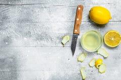 Citroensapkom met de schil van een citroen en een mes royalty-vrije stock afbeeldingen