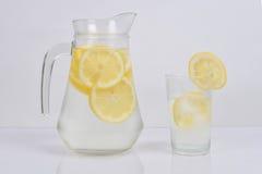 Citroenwater in een kruik Stock Foto's