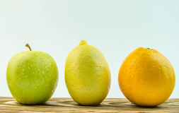Citron äpple, apelsin på en vit bakgrund Royaltyfri Bild