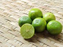 Citron/chaux dans la texture de battage de panier Photographie stock