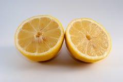 Citron coupé dans la moitié sur le fond blanc Images stock