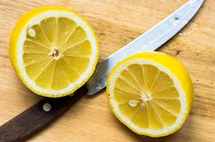 Citron coupé dedans à moitié Images stock