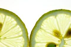 Citron coupé en tranches d'isolement sur le blanc Photo stock