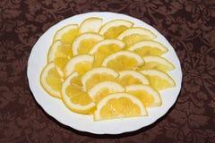 Citron coupé en tranches du plat blanc images libres de droits