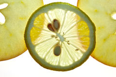 Citron coupé en tranches et Apple d'isolement sur le blanc Image stock