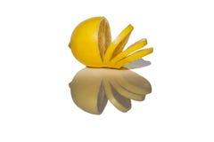 Citron coupé en tranches reflété de la surface Images libres de droits