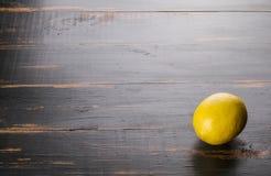 Citron d'agrume sur le fond en bois photos libres de droits