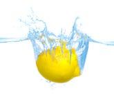 Citron dans l'eau Images stock