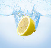 Citron dans l'eau Image stock