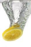 Citron dans l'eau Photos stock