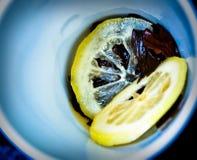 Citron dans la cuvette Photo stock