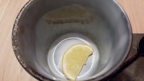 Citron dans une cuvette image stock