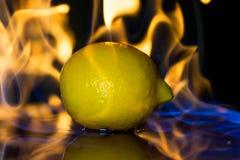 Citron dans une flamme d'incendie Photographie stock libre de droits
