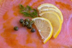Citron, dill och kapris på laxtextur arkivbild