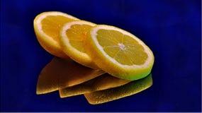 Citron disposé sur une surface en verre photographie stock