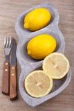 citron divisé en deux frais Images libres de droits