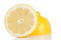 Citron divisé en deux par jaune Photo libre de droits