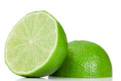Citron divisé en deux par vert Photographie stock