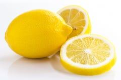 Citron entier et tranche de citron d'isolement sur le fond blanc Photographie stock libre de droits