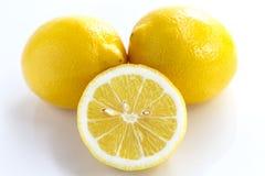 Citron entier et tranche de citron d'isolement sur le fond blanc Images libres de droits