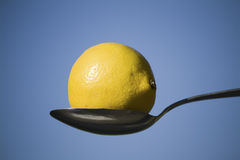 Citron et cuillère Images stock