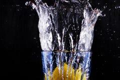 Citron et cuvette images stock