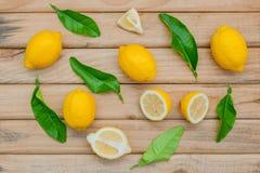 Citron et feuilles frais de citron sur le fond en bois rustique Citron Photos libres de droits