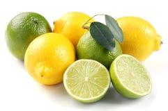 Citron et limette avec des lames photos stock