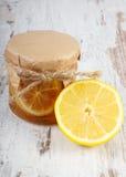 Citron et miel frais sur la table en bois, la nourriture saine et la nutrition Image libre de droits