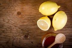 Citron et miel sur une table en bois Photographie stock