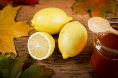 Citron et miel sur une table en bois Photos stock
