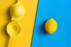 Citron et presse-fruits, presse-fruits sur contraster le fond coloré photo stock