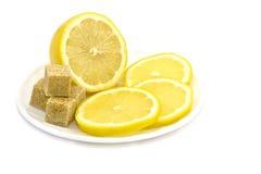 Citron et sucre brun d'une plaque. photographie stock libre de droits