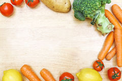 Citron för broccoli för morot för grönsaktomatpotatis på trätabellwi Arkivfoto