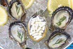 Citron för skaldjur för ostron för mat för zinkkapsel tillagd arkivbild