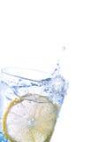 Citron frais dans l'eau de pétillement Photos libres de droits