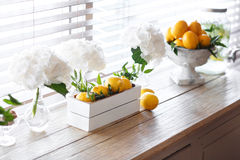 Citron frais de boîte avec de la glace et la menthe Citrons sur le fond Image stock