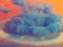 Citron frais demi dans la fumée bleue Image libre de droits
