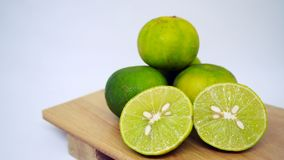 Citron frais sur le plateau en bois d'isolement sur le fond blanc photographie stock