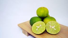 Citron frais sur le plateau en bois d'isolement sur le fond blanc image libre de droits
