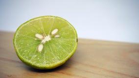 Citron frais sur le plateau en bois d'isolement sur le fond blanc photos stock