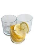 Citron i exponeringsglas på vit arkivfoton